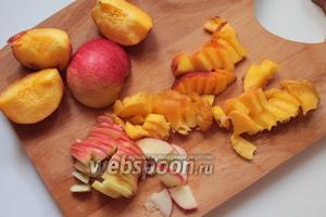 Приготовить фрукты. Нарезать тонко дольками.