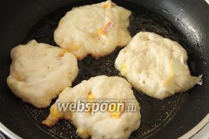 На сковороду налить 4 столовых ложки масла и брать на каждый оладушек столовую ложку теста.