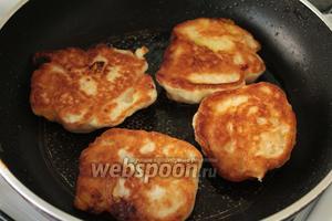 Выпекать оладьи на сковороде с маслом с двух сторон.