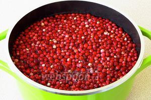 Ягоды промыть, опустить в кипяток и бланшировать в течение 2–3 минут.