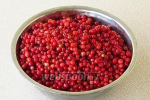 Выложить ягоды на дуршлаг и дать стечь жидкости.