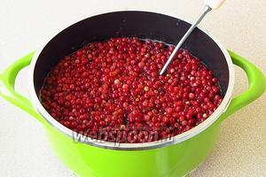 Подготовленные ягоды опустить в горячий сироп и поставить на 8–12 часов для выстойки.