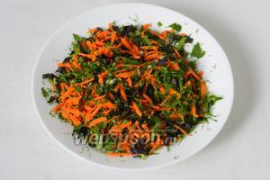 Натёртую морковь перемешиваем с измельчённой зеленью и чесноком. Солим, перчим по вкусу.