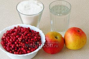 Для приготовления варенья нужно взять зрелые ягоды брусники, сладкие яблоки, сахар и воду.
