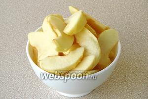 Яблоки очистить от кожицы и семян и нарезать дольками.