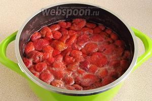 К ягодам земляники добавить немного воды (на 1 кг ягод — не более 1 стакана) и проварить в течение 3–4 минут.