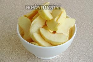 Яблоки вымыть, очистить от кожицы и семян и разрезать на дольки.