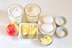 Для приготовления пирога с карамелизованными яблоками нам понадобится мука, сахар, ванильный сахар, яйца, сливочное масло, сливки жирные, разрыхлитель, вода, яблоки.