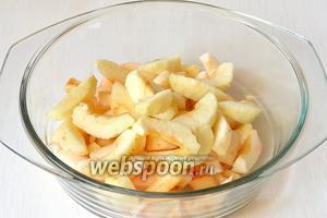 Яблоки очистить и порезать дольками.