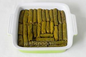 Завернутые листики плотно складываем в форму для выпечки.