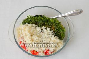 Всыпаем подготовленный рис и специи.