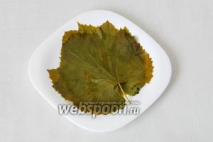 Виноградные листья опускаем на 3-5 минут в кипящую воду, вынимаем и даём остыть. Консервированные листья замачиваем в холодной воде на 20 минут.