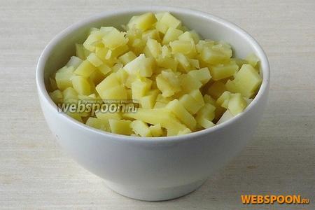 Картофель в кожуре залить горячей подсоленной водой и отварить до мягкости, а затем обсушить, остудить, очистить и также нарезать мелкими кубиками.