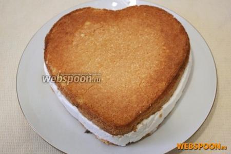 Достаньте торт из холодильника. Переложите из формы на блюдо.