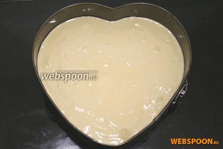 Форму для выпекания смажьте растительным маслом. Тесто вылейте в форму.