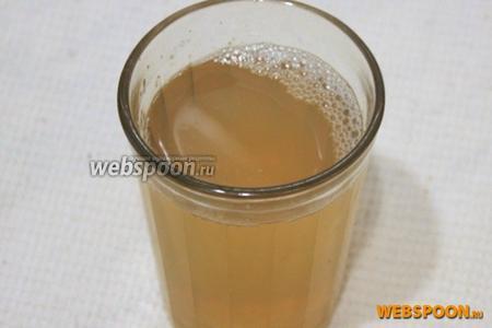 Приготовьте «птичье молоко». Быстрорастворимый желатин растворите в стакане тёплой воды (приблизительно 60°C).