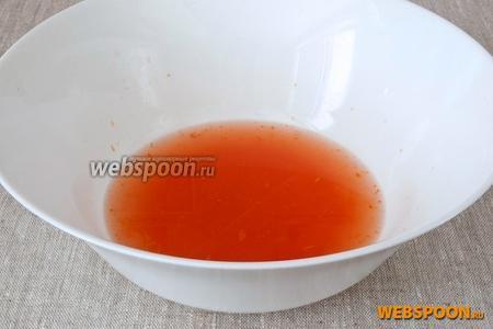 С грейпфрута тёркой счистить цедру, разрезать плод пополам, выдавить сок, процедить его и соединить с цедрой.