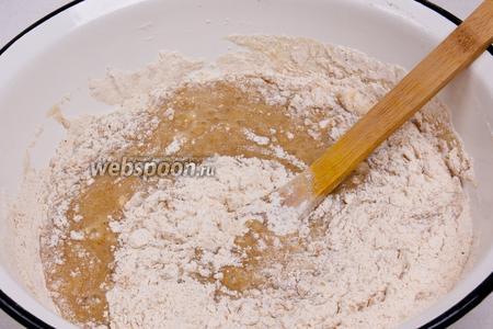 Добавьте в миску с мукой эту смесь и вымесите ложкой тесто.