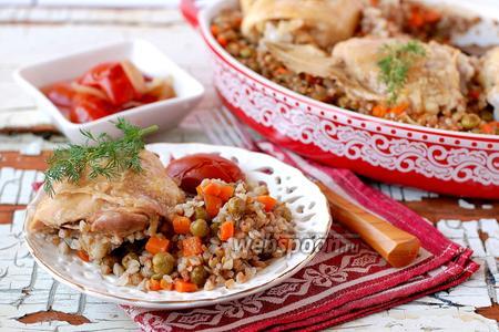Гречневая каша с курицей и овощами под фольгой