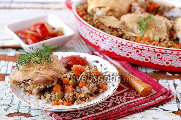 Фото Гречневая каша с курицей и овощами под фольгой