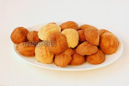 Готовые половинки печенья вынуть из формочек.