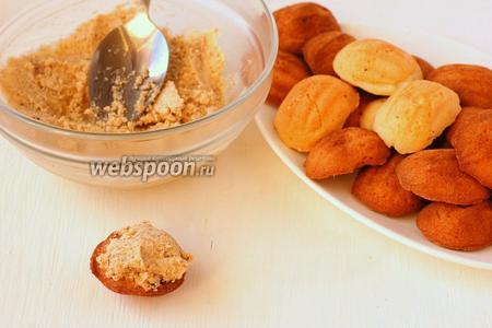 На одну половинку печенья выложить чайную ложку  масляно-орехового крема .