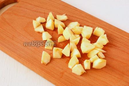 Яблоко очищаем и нарезаем средними кусочками.