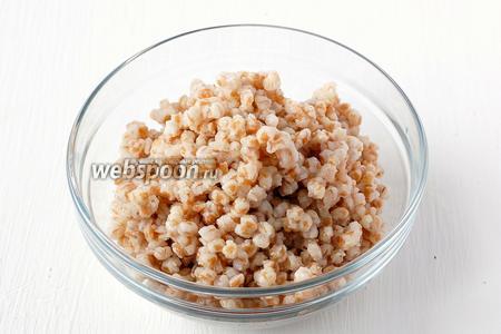 Пшеницу отварить до готовности. Очищенная в заводских условиях пшеница сварится у вас до готовности примерно за 1 час 20 минут.