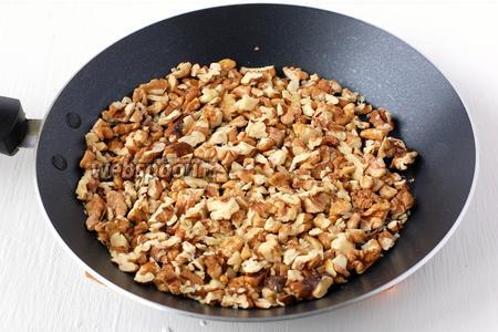 Тем временем орехи мелко порезать и поджарить 4-5 минут на сухой сковороде до появления приятного орехового запаха.
