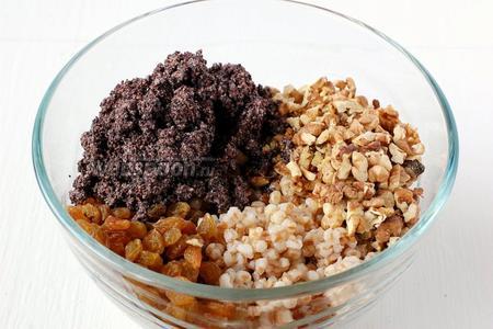 Соединить холодную пшеницу, орехи, изюм, мак, мёд, соль.