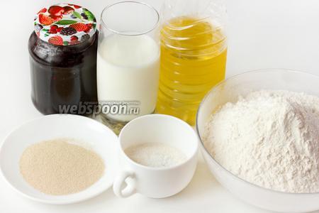 Для приготовления дрожжевого пирога нам понадобятся такие продукты: пшеничная мука, масло подсолнечное рафинированное, молоко, сахар, соль, дрожжи сухие, черничное варенье (или другое по вашему вкусу).