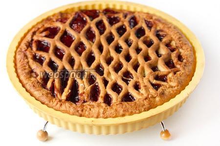 Выпекаем при 175 °C примерно 30 минут. Пирог хорошо поднимается, приобретает красивый аппетитный вид.
