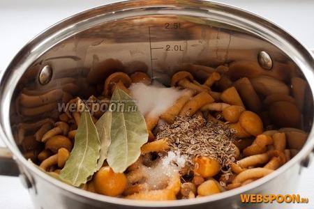 Добавить соль, сахар, лавровый лист и семена укропа.