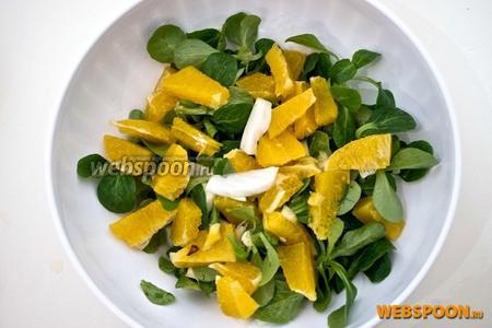 Смешать листья салата с апельсином, гранатом и фенхелем.