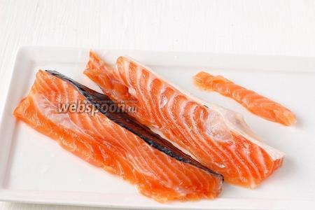 Через 24 часа рыба готова к употреблению. Укроп и лишнюю соль с рыбы стереть. При необходимости — можно ополоснуть рыбу водой. Нарезать кусочками. Для хранения в холодильнике, рыбу после засолки можно дополнительно смазать растительным маслом и сбрызнуть лимонным соком.