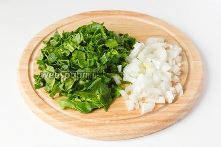 Листья шпината промываем под холодной проточной водой, нарезаем, также измельчаем белый лук.
