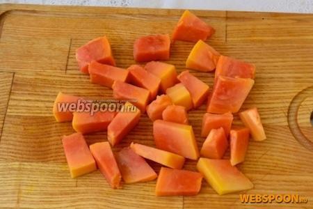Очищаем папайю от зёрен и кожуры и нарезаем небольшими кубиками.