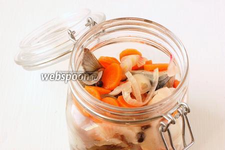 В посуду слоями уложить скумбрию и овощи из маринада.