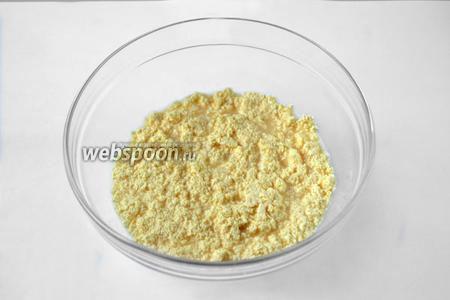 Размягчённое при комнатной температуре сливочное масло или маргарин нарезаем мелкими кусочками и взбиваем с молочной смесью до мелкозернистой взвеси.