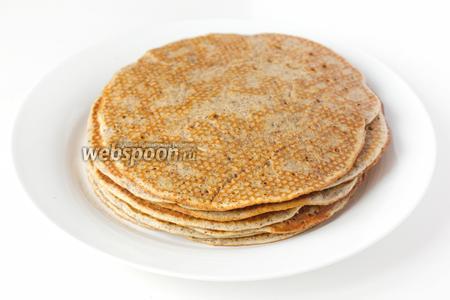 Из данного количества ингредиентов у меня получилось 10 не тонких ореховых вкусных блинов. Подаём их на десерт с мёдом, украсив ядрами грецких орехов.