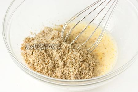 К яично-сахарной смеси всыпаем ореховую муку.