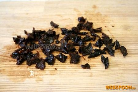 Чернослив запарить в горячей воде на 10-15 минут. Порезать небольшими кусочками.