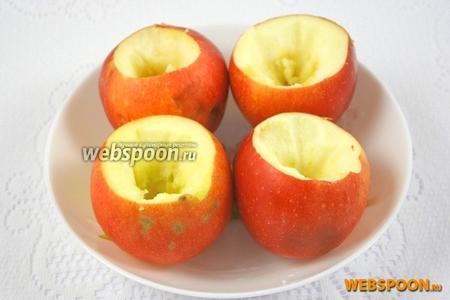 Яблоки помыть и вырезать сердцевину у каждого яблока.