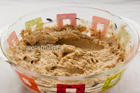 Добавьте мелко нарезанный укроп и перемешайте. Готовый паштет можно убрать в холодильник.