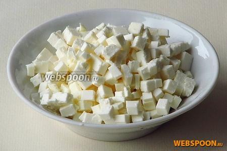 Сыр нарезать мелкими кубиками.