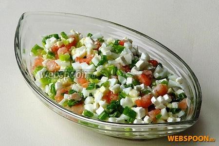 Салат посолить по вкусу, заправить оливковым маслом и перемешать.