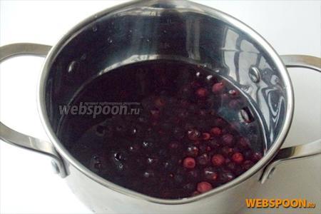 Тщательно моем смородину, кладём в кастрюлю, наливаем 1 стакан воды. Ставим на плиту, доводим до кипения и варим 7-10 минут.