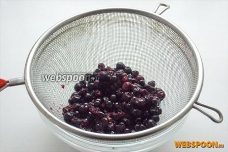 Затем воду, в которой варилась смородина сливаем в отдельную посуду, но ни в коем случае не выливаем. А ягоды протираем через сито.