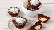 Фото рецепта Шоколадные кексы с творожными шариками в микроволновке