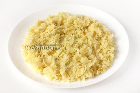 Собираем салат. На плоское широкое блюдо выкладываем первым слоем картофель.